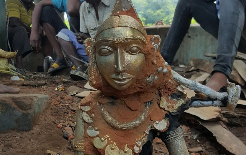 Art tribal Dokra en Inde : coulage et finition de la statue en laiton