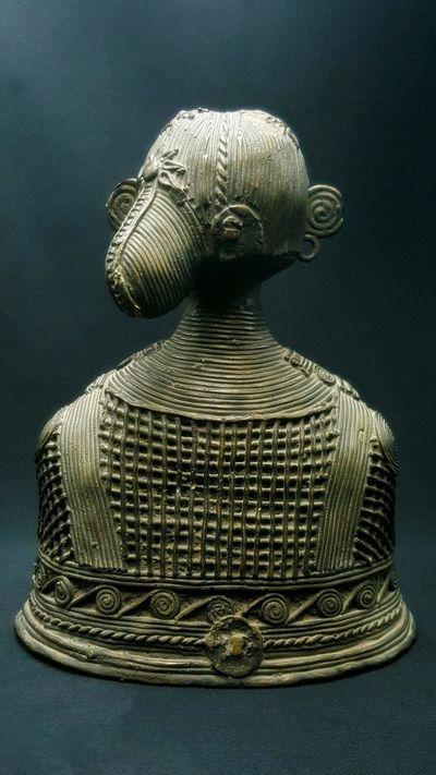 Buste Femme Bastar : un arret temporel