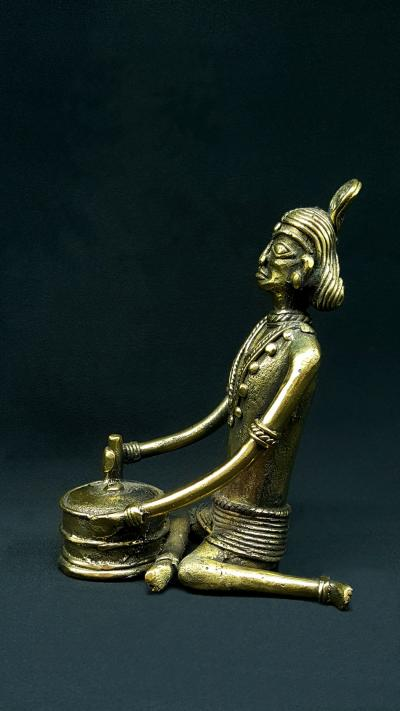 Statue Femme assise en cuisine