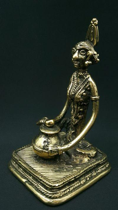Femme assise devant sa jarre