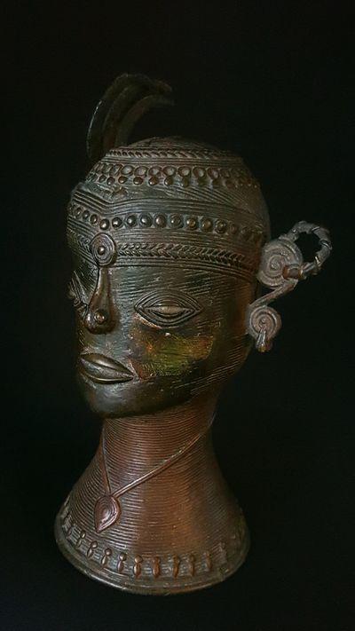 Tête femme Bastar plume